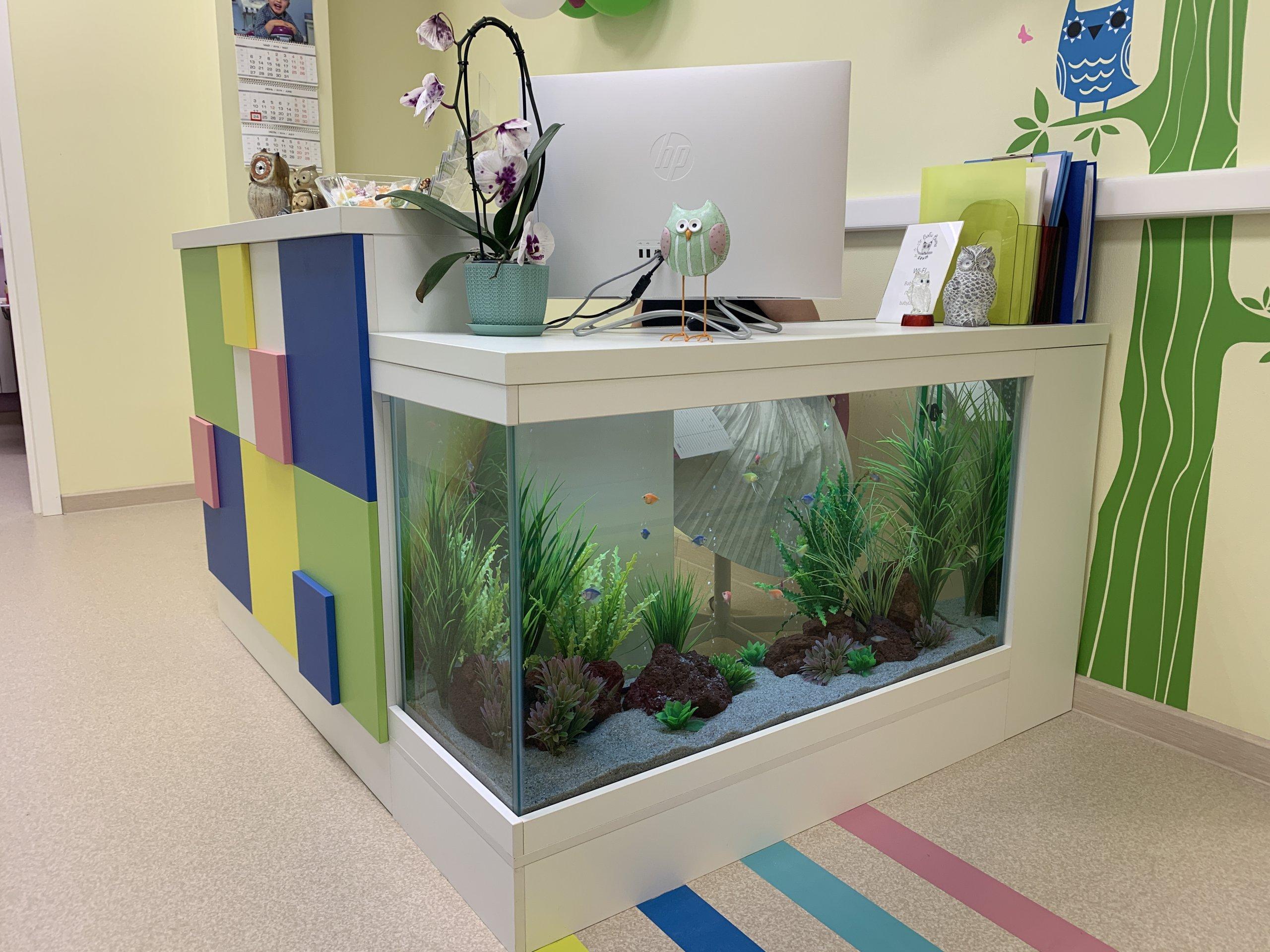 Ресепшн для детской стоматологии со встроенным аквариумом