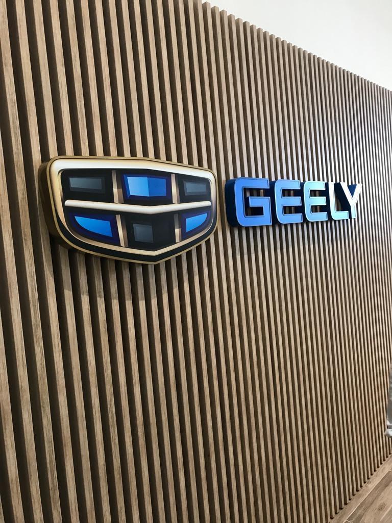 Мебель на заказ для автосалона Geely