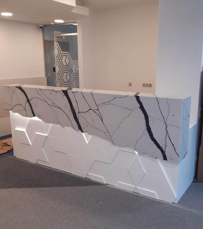 Стойка ресепшн из камня  в офис в Москве